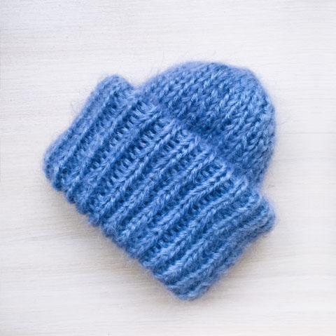 Вязаная шапка из мохеровой пряжи голубого цвета