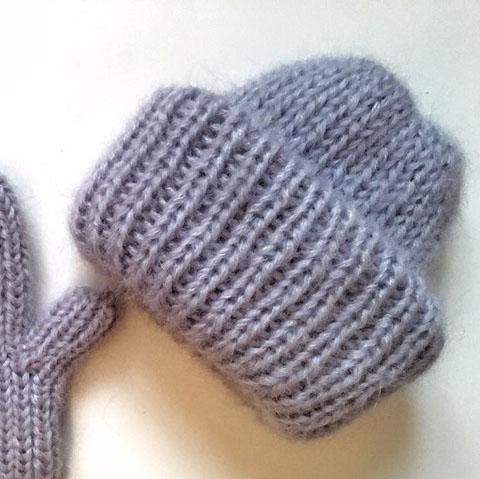 Вязаная шапка из мохеровой пряжи с отворотом цвета талый лед