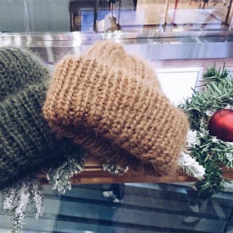 Вязаная шапка из мохера бежевого цвета