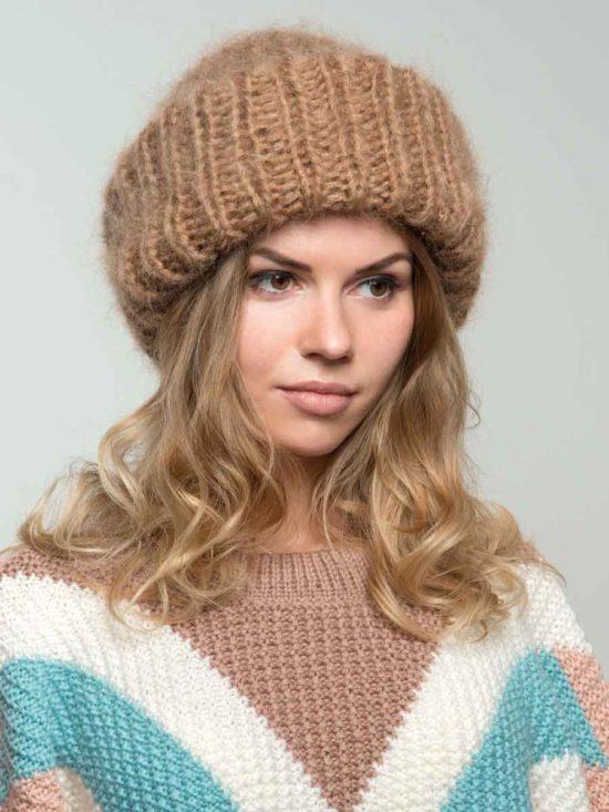 Стильная женская вязаная шапка из мохера бежевого цвета