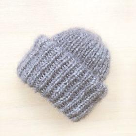 Вязаная шапка из мохеровой пряжи серого цвета