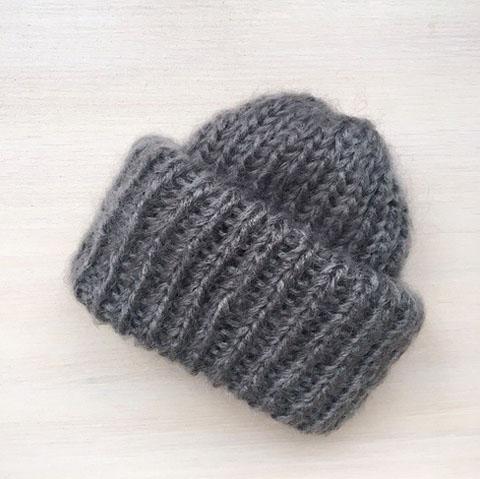 Вязаная шапка из мохеровой пряжи средне-серого цвета