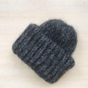 Вязаная шапка из мохеровой пряжи темно-серого цвета