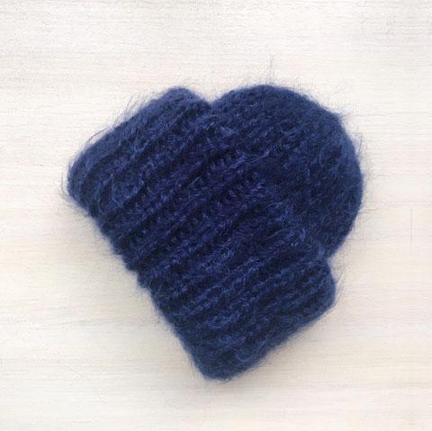 Вязаная шапка из мохеровой пряжи темно-синего цвета