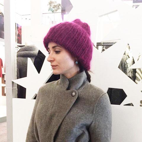 Вязаная шапка из мохеровой пряжи цвета темная фуксия