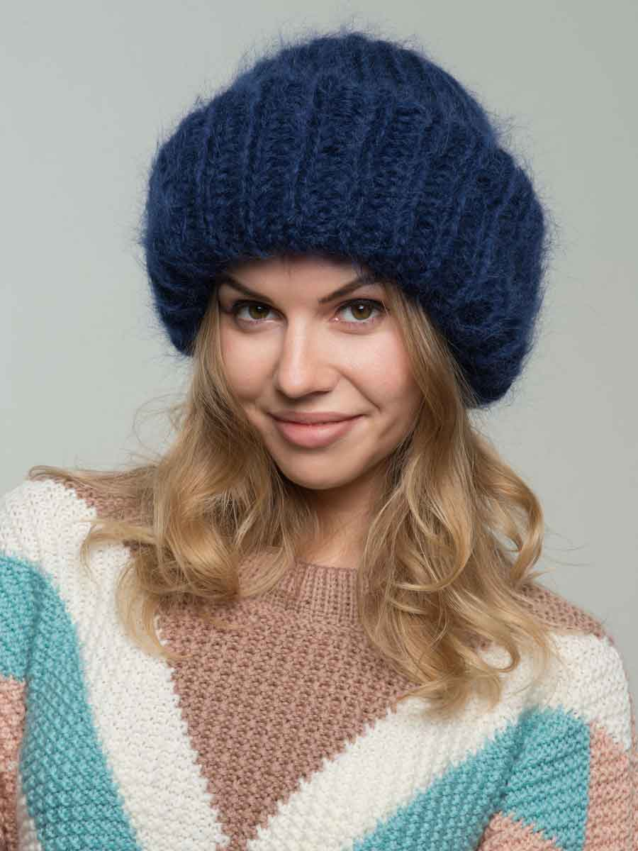 шапка из мохера темно-синего цвета фото