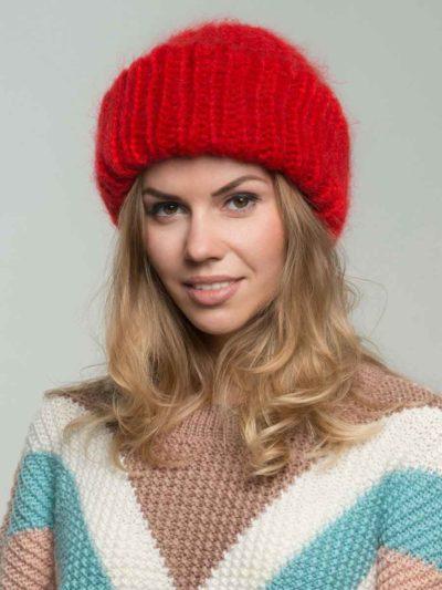 женская вязаная шапка из мохеровой пряжи красного цвета