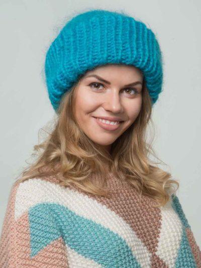 женская вязаная шапка из мохера бирюзового цвета
