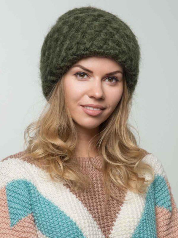 вязаная шапка темно-зеленого цвета