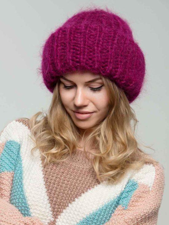 женская вязаная шапка из мохера с отворотом цвета фуксия