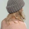 Модная вязаная шапка из мохера серого цвета