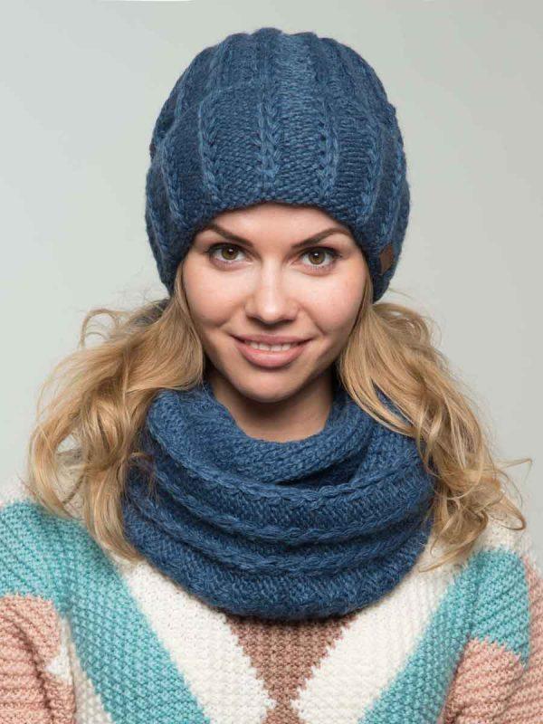Комплект шапка и снуд синего цвета